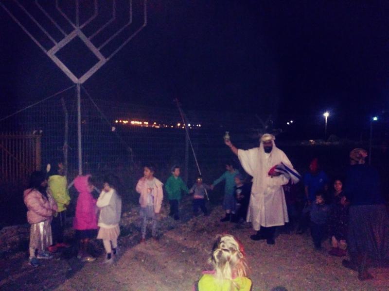 הדלקת נרות חנוכה לילדי הישוב עם משה כהן